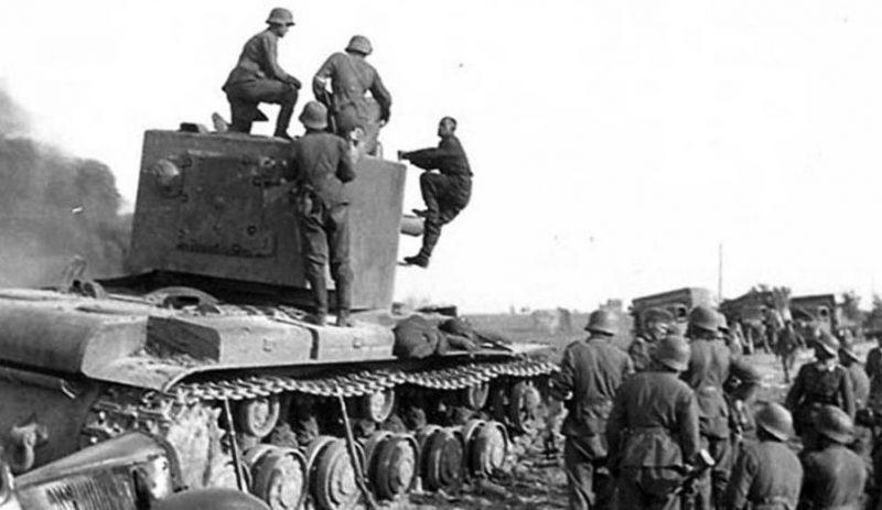 Немецкие солдаты берут в плен советского танкиста. 5 июля 1941 г.