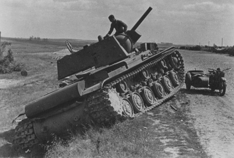 Брошенный советский танк КВ-1 у Ярцево. Июль 1941 г.