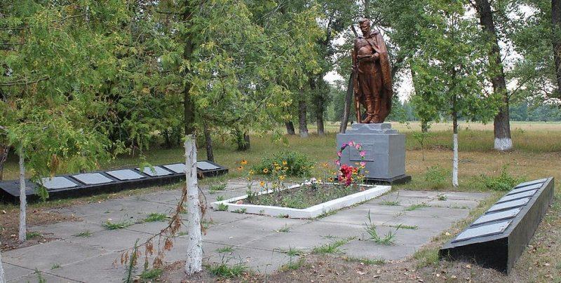 с. Леляки Варвинского р-на. Братская могила 4 советских воинов, погибших при освобождении села в сентябре 1943 года.