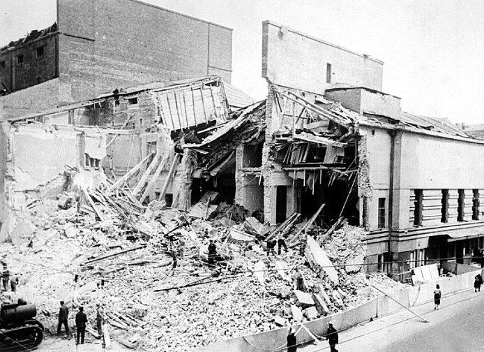 Театр Вахтангова на Арбате был полностью уничтожен прямым попаданием авиабомбы.