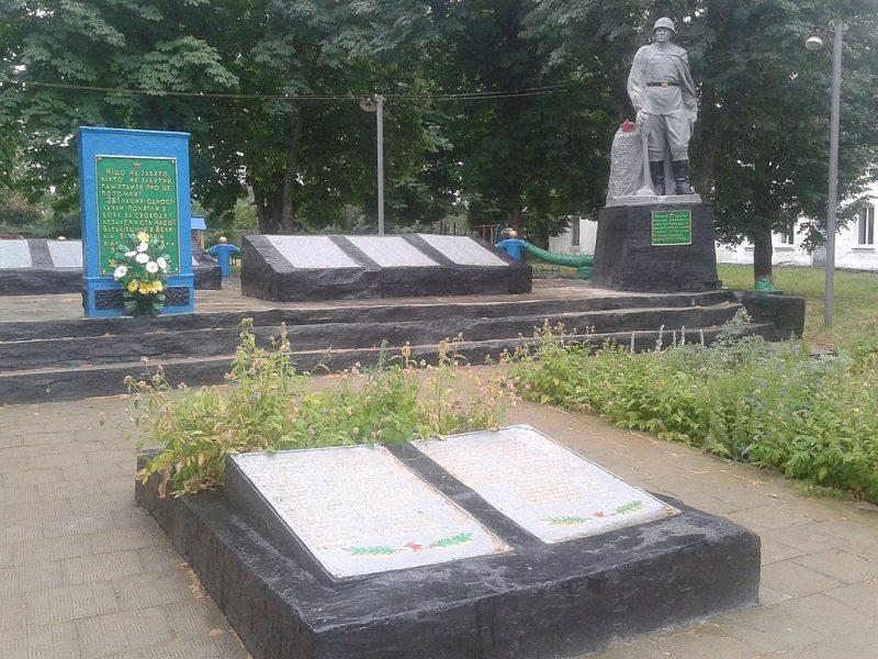 с. Великий Выстороп Лебединского р-на. Памятник, установленный на братской могиле советских воинов и памятник односельчанам, погибшим в годы войны.