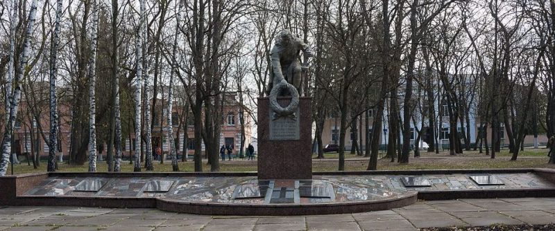 с. Борки Козелецкого р-на. Памятник, установленный на братской могиле 283 советских воинов, погибших при освобождении села в сентябре 1943 года и памятный знак 360 воинам-односельчанам, погибшим в годы войны.