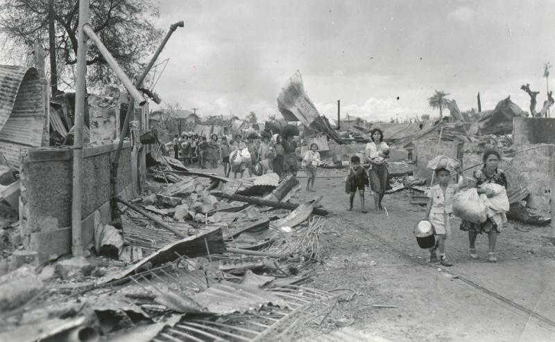 Граждане Манилы спасаются бегством из пригородов, сожженных японскими солдатами. Февраль 1945 г.