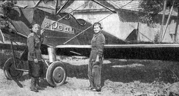 Авиамеханики Дуся Коротченко и Шура Попова. 1942 г.
