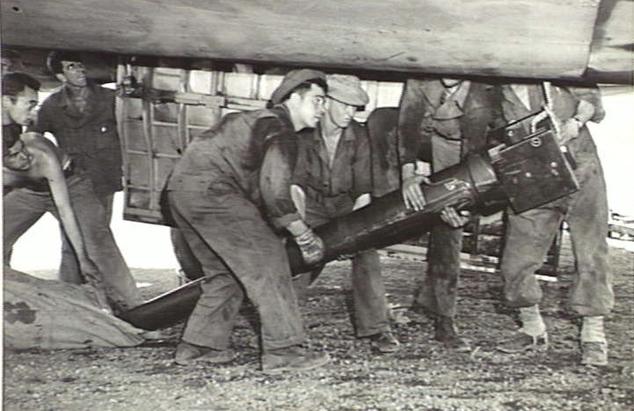105-мм гаубица M3A1, использованная в битве за Буна-Гону, выгружается через двери бомбового отсека Boeing B17. Ноябрь 1942 г.