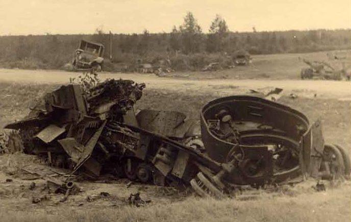 Немцы у взорванного у города танка Т-28. 1941 г.