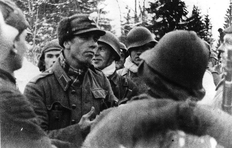 Красноармейцы с первым пленным финном. 1940 г.