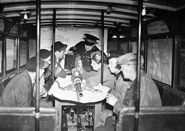 Моряки торгового корабля изучают устройство зенитного пулемета. 1941 г.