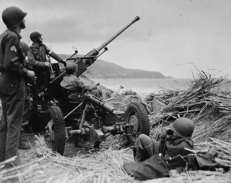 Расчет 40-мм автоматической пушки «Бофорс» на побережье Алжира. 1942 г.