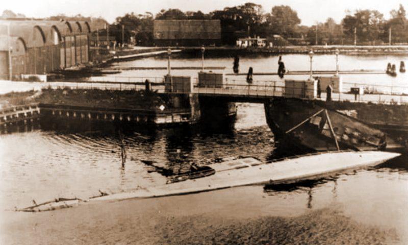 Затонувший и лежащий на боку тральщик «Сёбьёрнен».