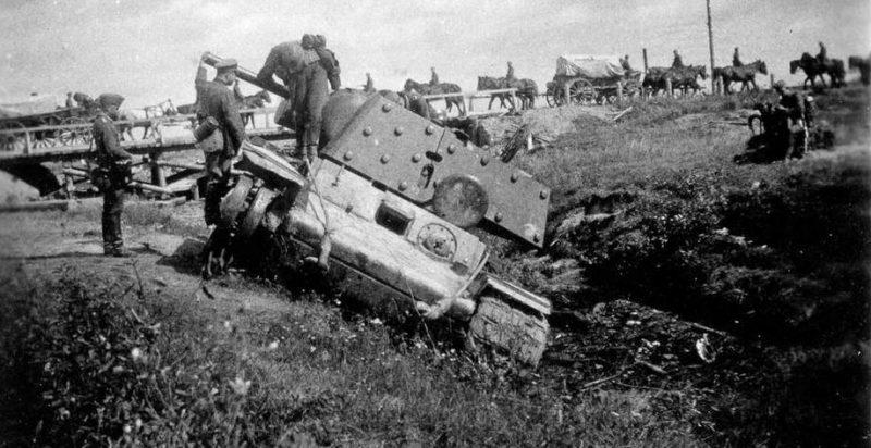 Немецкие солдаты осматривают побитый танк КВ-1 на дороге Остров–Псков. 1941 г.