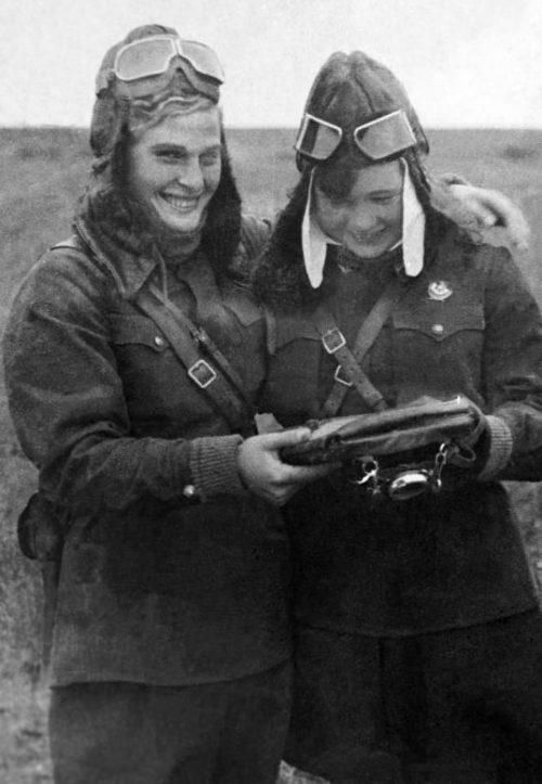 Летчицы 588-го полка легких ночных бомбардировщиков Вера Тихомирова (слева) и Мария Смирнова на аэродроме. 1942 г.