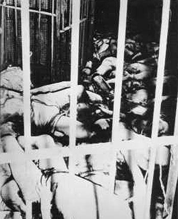 Масса мертвых тел внутри тюремной камеры. Февраль 1945 г.