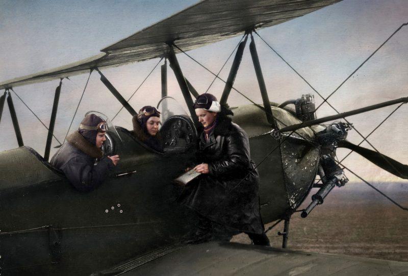 Командир 588-го полка Е.Д. Бершанская и экипаж в составе Евдокии Носаль и Нины Ульяненко. 1942 г.