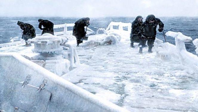 Моряки очищают ото льда палубу британского легкого крейсера HMS «Scylla» во время сопровождения конвоя в СССР. 1941 г.