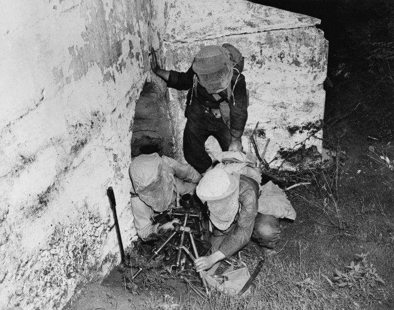 Расчеты 60-мм миномета М2 на маневрах в Британской Вест-Индии. 1942 г.