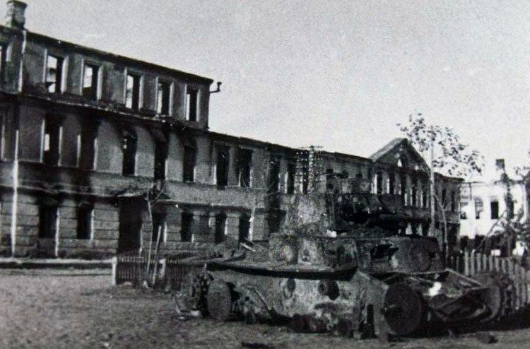Сгоревший Panzer 38(t) на центральной площади Порхова. 1941 г.