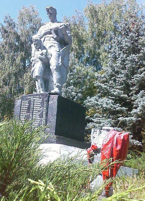 с. Гринцево Лебединского р-на. Памятник, установленный на братской могиле советских воинов.