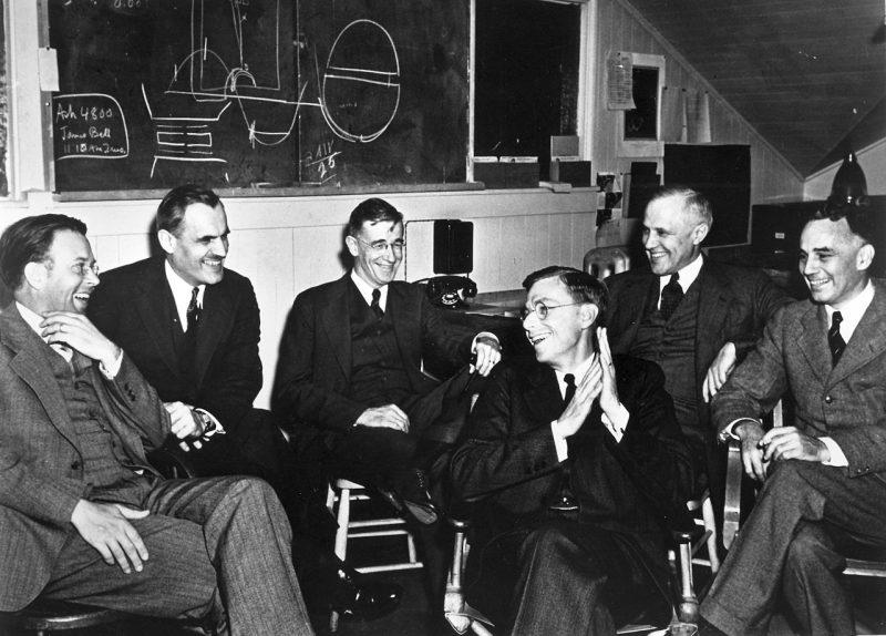 Ведущие ученые Проекта: Эрнест О. Лоуренс, Артур Х. Комптон, Ванневар Буш, Джеймс Б. Конант, Карл Т. Комптон и Альфред Л. Лумис. 1940 г.