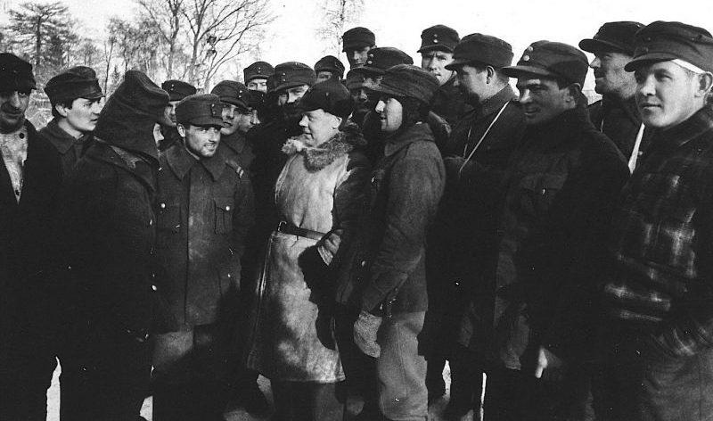 Финские пленные разговаривают с советским политработником в Грязовецком лагере НКВД. 1940 г.