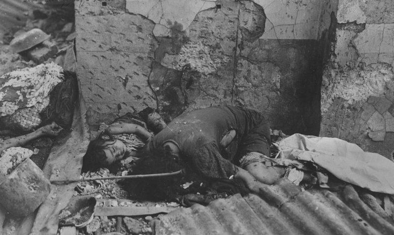 Убитые японскими солдатами мать и ребёнок в Маниле. Февраль 1945 г.