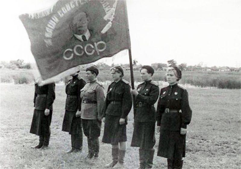 Вручение полку гвардейского знамени. 1943 г.