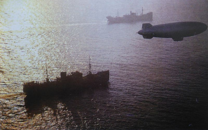 Американский дирижабль типа «К» эскортирует суда морского конвоя в Северной Атлантике. 1941 г.