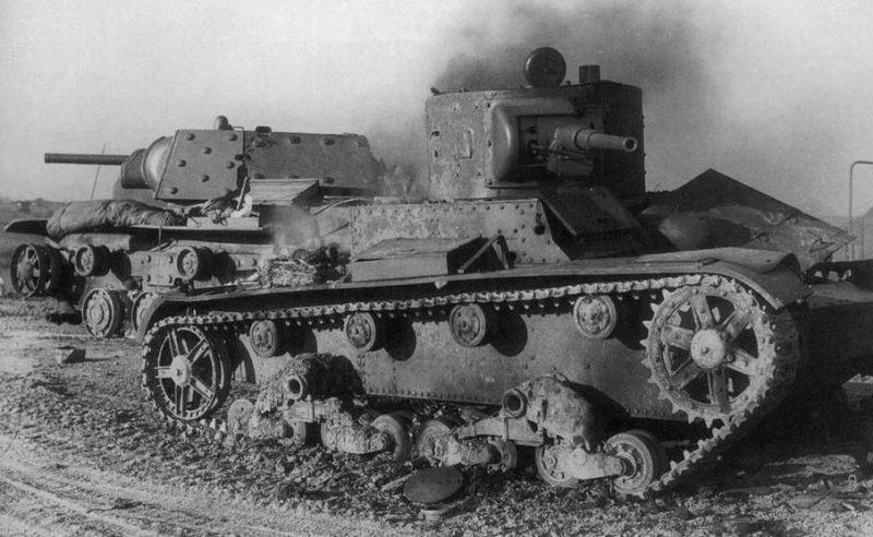 Подбитые в боях на дороге Псков–Остров советские танки Т-26 и КВ-1. 1941 г.
