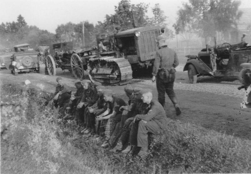 Немецкая колонна на привале у Ярцево. Июль 1941 г.