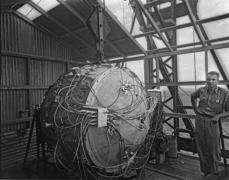 Атомная бомба «Штучка» с детонаторами диагностическим оборудованием во время подготовки на полигоне Аламогордо. Аэродинамический корпус бомбы не применялся.