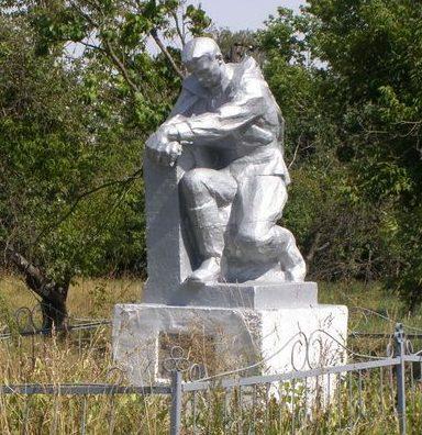 с. Гарбузин Козелецкого р-на. Памятник, установленный в 1954 году на могиле неизвестного солдата, погибшего при обороне села в 1941 году.