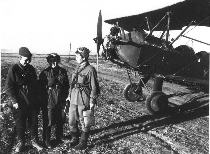 Летчицы 588-го ночного легкобомбардировочного авиаполка (впоследствии 46-го гвардейского ночного бомбардировочного авиаполка) на аэродроме у самолета У-2. 1942 г.