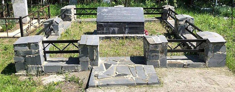 Братская могила лётчиц 46-го авиаполка в Серноводском районе Чечни.