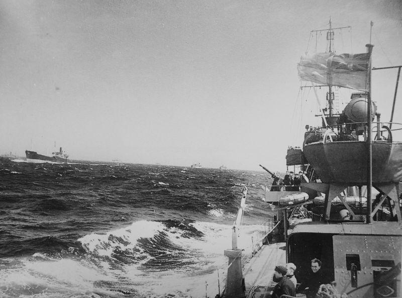 Вид с британского эсминца HMS «Vanoc» на суда морского конвоя в Атлантике. 1941 г.