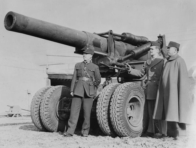 Американский лейтенант Гай Дреури показывает китайскому генерал-майору Дай-Фунг Кингу и капитану Зейт Вангу устройство 203-мм гаубицы М1 на полигоне в Абердине. 1942 г.