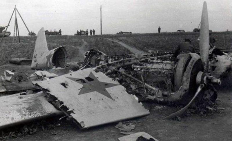 Севший на вынужденную посадку бомбардировщик СБ у шоссе севернее Острова. 1941 г.