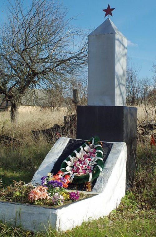 с. Кулики Лебединского р-на. Братская могила, в которой захоронено 8 советских воинов, в т.ч. 2 неизвестных.
