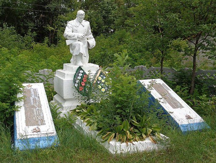 с. Гальчин Козелецкого р-на. Памятник, установленный на братской могиле 7 советских воинов, погибших при освобождении села в сентябре 1943 года и плиты с именами 66 воинов-односельчан, погибших в годы войны.