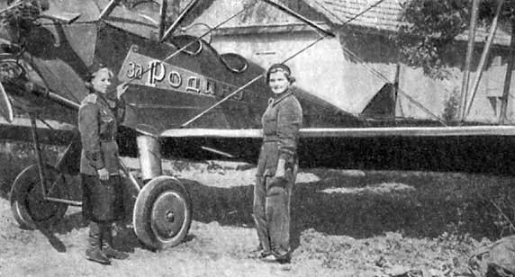 Авиамеханики Дуся Коротченко и Шура Попова в 1942 году.