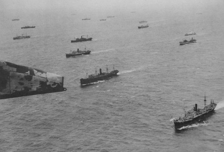 Вид с британской летающей лодки Шорт «Сандерленд» на суда конвоя в Северной Атлантике. 1941 г.