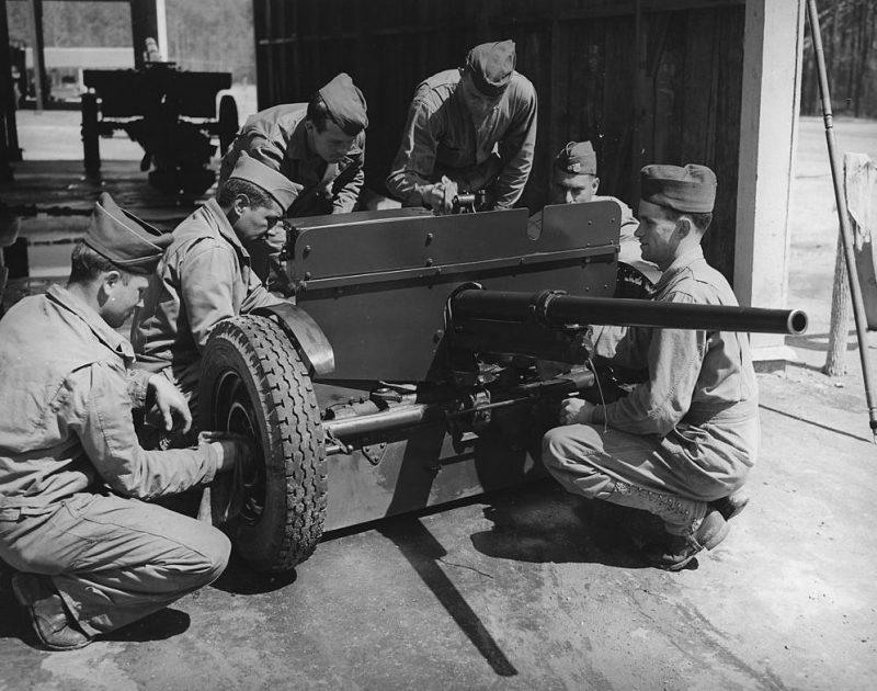 Расчет 37мм противотанковой пушки, тренируется в Форт-Беннинге. 1942 г.