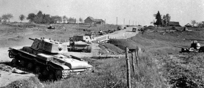 Подбитые танки на дороге к Острову. 1941 г.