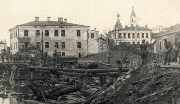 Разрушенный мост через реку Еменку. 1941 г.