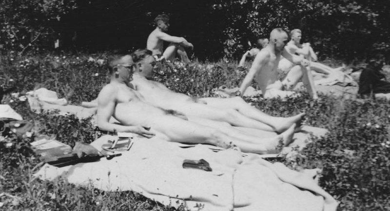Немецкие солдаты загорают в окрестностях Ярцево. Июль 1941 г.