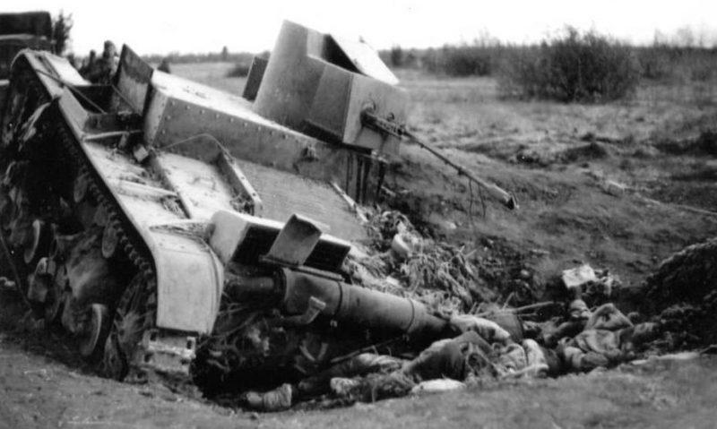 Советский огнемётный танк ХТ-26, подбитый в бою за город Остров. 1941 г.