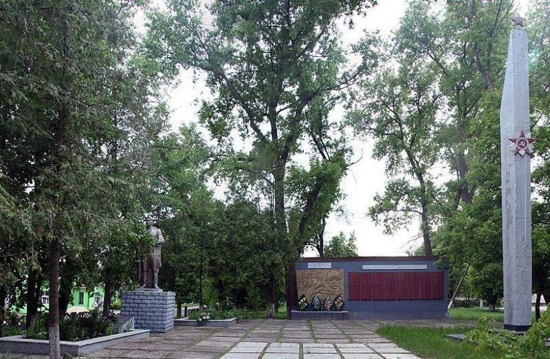 с. Даневка Козелецкого р-на. Памятник, установленный на братской могиле, в которой похоронено 75 советских воинов, погибших при освобождении села и памятный знак 237 воинам-односельчанам, погибшим в годы войны.