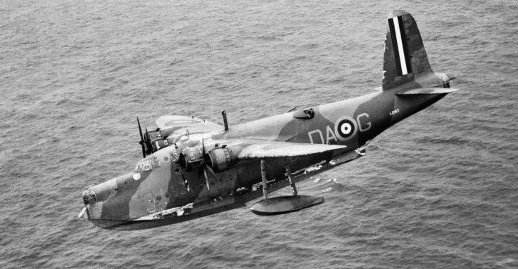 Летающая лодка-амфибия Шорт «Сандерленд» в полете над Атлантическим океаном во время сопровождения войскового конвоя. 1941 г.