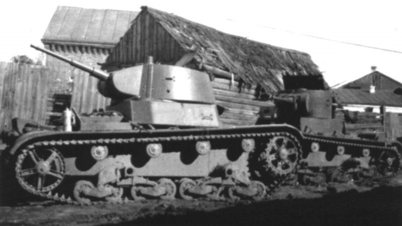 Танки Т-26, брошенные на улице города. 1941 г.
