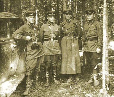 Полковник Гонтаренко, генерал-майор Казаков, полковник Лампиль, майор Азаренков у Ярцево. Сентябрь 1941 г.