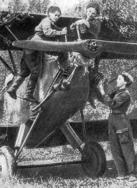 Механики Катя Титова, Алла Казанцева и Таня Коробейникова за подготовкой самолета. 1942 г.